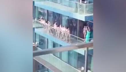 В Дубае толпа голых девушек вышла на балкон, вызвала возмущение и попала в полицию — видео