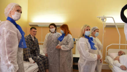 В Гомеле спасателей, получивших травмы во время тушения пожара, навестили с подарками