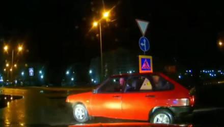 В Мозыре пьяный водитель разогнал огненный ВАЗ на ул. Гагарина и с помощью островка безопасности вошёл в неуправляемый полёт