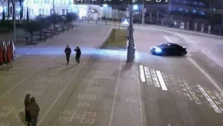 Гомельская ГАИ показала видео уличных гонок двух BMW, один из которых протаранил забор на площади