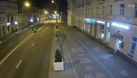 В Гомеле трое мужчин сидели (иногда лежали) на проезжей части ул. Советской и снимали видео в TikTok