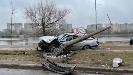 """В Гомеле пьяный водитель """"Пежо"""" снёс столб, знак на котором снимал ограничение скорости"""