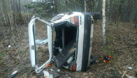 На Гомельщине VW Golf с дороги вылетел в лес