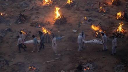 В Индии сжигают трупы погибших от коронавируса. Тел слишком много
