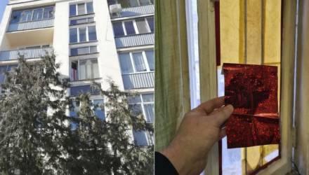 «Кто-то донёс». Гомельский пенсионер говорит, что заклеил окно от солнца – а потом пришла милиция