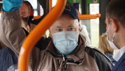 Раздавал маски и билеты: Александра Солодуху заметили в гомельском автобусе