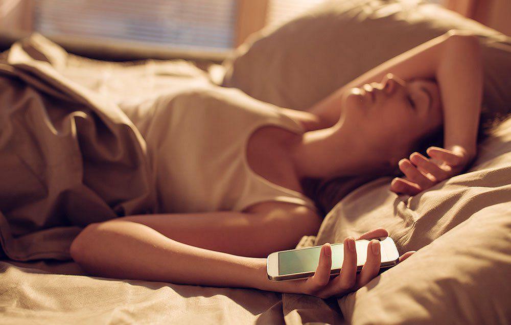 Курить страшнее: учёный рассказал, опасно ли спать рядом со смартфоном