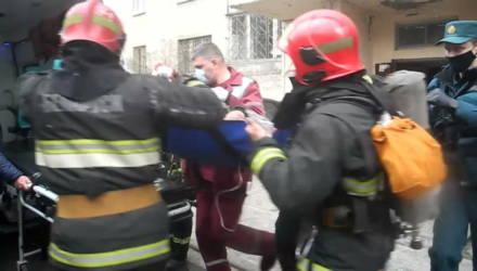 """""""Пожалуйста, быстрее! А то он уже один раз чуть не сгорел!"""" На пожаре в Гомеле работники МЧС спасли мужчину"""