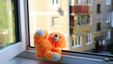 В Жлобине из окна четвёртого этажа выпал ребёнок – и выжил