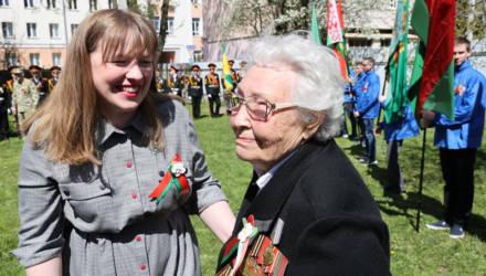 """""""Просто живите как можно дольше!"""" В Гомеле накануне 9 Мая молодёжь провела мини-парад для ветерана Аэлиты Самсоновой"""