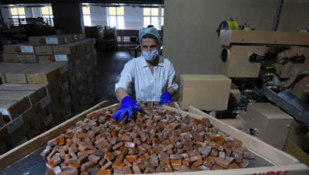 «Коровка» молодости нашей. На Гомельщине продолжают выпускать уникальную конфету, но прилавки завалены суррогатом