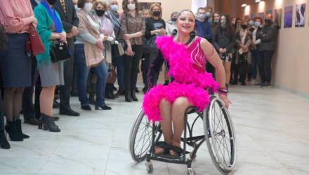 «Избили и бросили в заведённой машине»: история жизнерадостной гомельчанки, которая танцует на инвалидной коляске