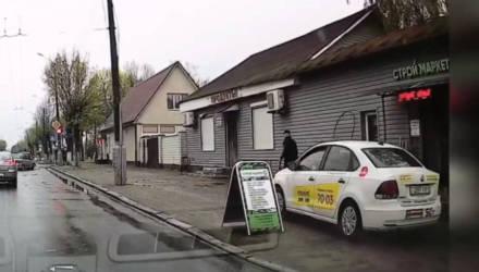 В Гомеле таксист объехал пробку по тротуару, где шли люди