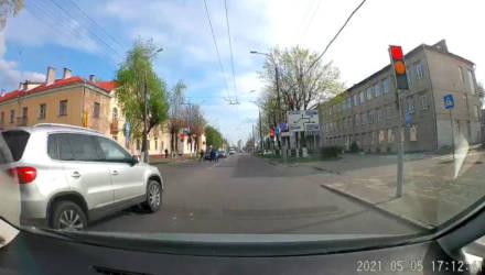 """В Гомеле VW пролетел перекрёсток по встречке на """"розовый"""" сигнал светофора"""