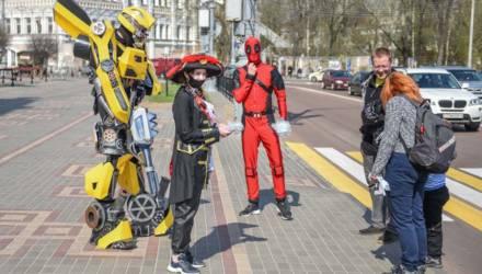 Дэдпул, Бамблби и очаровательная пиратка: в Гомеле киногерои раздавали защитные маски