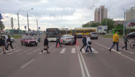 """Гомельчанка не уступила дорогу мотоциклисту, а пьяный водитель ВАЗа """"догнал"""" троллейбус"""