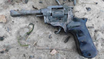 Необычный улов: рыбак под Гомелем поймал на крючок револьвер с патронами