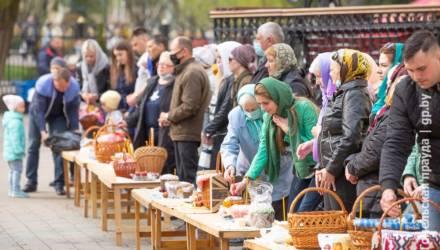 Православные гомельчане освятили пасхальную трапезу в Петро-Павловском кафедральном соборе