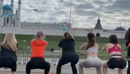 Видео с тренирующимися в леггинсах девушками на фоне мечети вызвало скандал