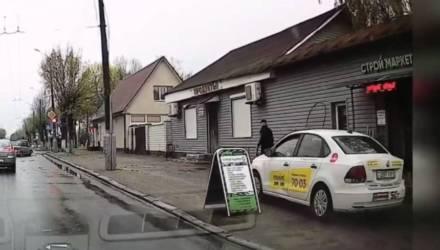 Гомельского таксиста, который объехал пробку по тротуару, нашли и привлекли к ответственности