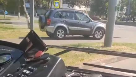 В Гомеле водитель Toyota подрезал троллейбус и укатил от ответственности по тротуару. Недалеко