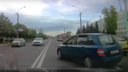 В Гомеле местные жители задержали пьяного бесправника, который на дороге творил дичь, а затем пытался убежать