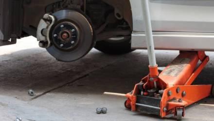 В Светлогорске на мужчину упал автомобиль. Пострадавший погиб