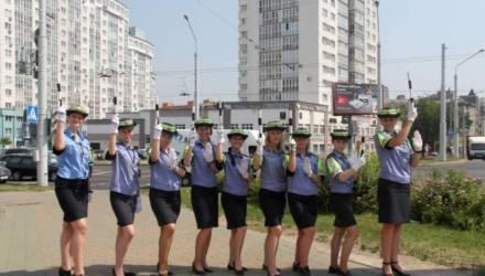 Гомельских девушек-инспекторов ГАИ заметили на столичном перекрёстке. Что они там делают?