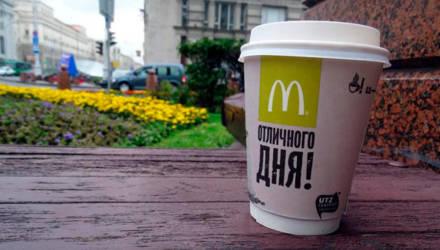 """В Гомеле парень на Infiniti бросил стаканчик с горячим кофе в сотрудницу """"МакДрайва"""""""