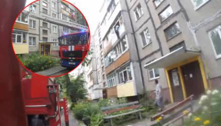"""""""На улице висит человек за балконом!"""" В Гомеле 80-летний мужчина хотел открыть окно, а пришлось бороться за жизнь"""