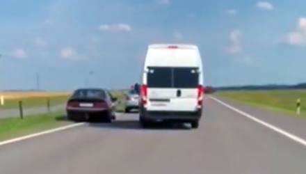 На гомельской трассе водитель микроавтобуса заблокировал машину угонщика, который пытался скрыться от ГАИ