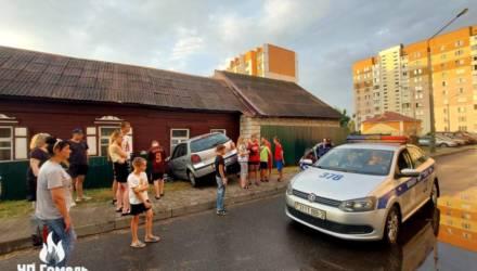 В Гомеле малолитражка VW въехала в жилой дом. От удара покосилась стена