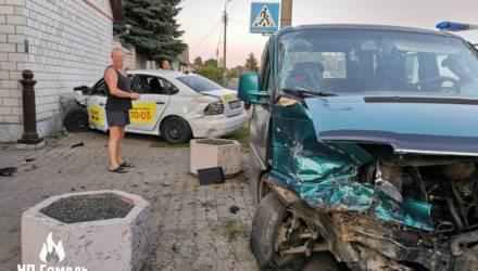 В Гомеле такси после столкновения с VW отбросило в дом. Пострадали две девушки