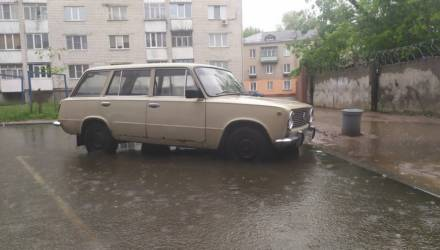 В Гомеле во время дождей одна из автопарковок превращается... в пристань