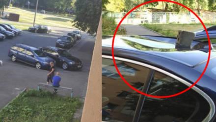 """""""Это жизнь, всякое бывает"""". В Гомеле на припаркованный во дворе BMW упал кирпич"""