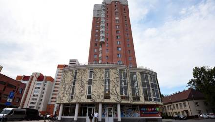 Как устроен самый крутой в Гомеле многоэтажный дом: диваны в подъезде, космический лифт и душ для собак