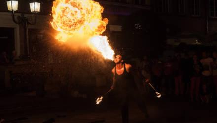 На Гомельщине мужчина хотел продемонстрировать трюк факиров: плюнул на факел бензином и чуть не сгорел сам