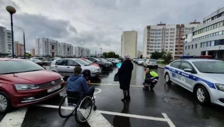 «Не заметил» и «я ненадолго». Как в Гомеле ищут водителей, которые паркуются на местах для инвалидов