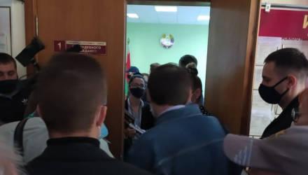 В Гомеле начали судить юриста Судаленко и местных активистов