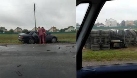 В Речицком районе МАЗ столкнулся с легковым Mercedes. Со слов очевидцев, погибла девушка-водитель легковушки