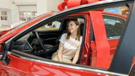 «Санта» подарила своему покупателю автомобиль. Узнали, кому и за что