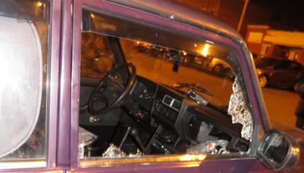 На Сельмаше двое вандалов за одну ночь повредили семь легковушек