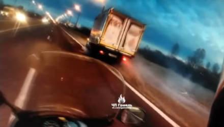 В Гомеле мотоциклист остановился, чтобы сделать замечание мужчине на электросамокате, и через секунду того сбил грузовик