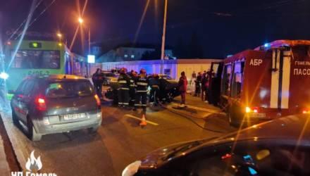 В Гомеле произошло серьёзное ДТП: зажатую в салоне легковушки девушку вызволяли спасатели